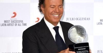 Julio Iglesias premiato come più grande artista latino di tutti i tempi