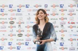 Vittoria Puccini, blue carpet affollatissimo per strappare un selfie